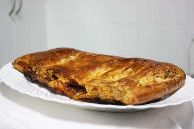 Empanada de atún, tomate y paté de olivas negras