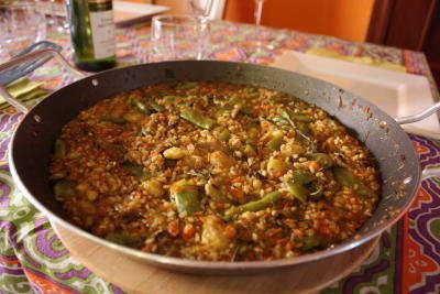 Arroz de verduras en la paellera