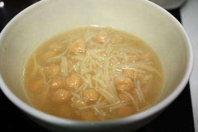 Caldo de pollo con fideos – Recetas contra la crisis (I)