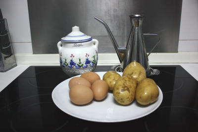 Ingredientes básicos: Huevos, patatas, sal y aceite